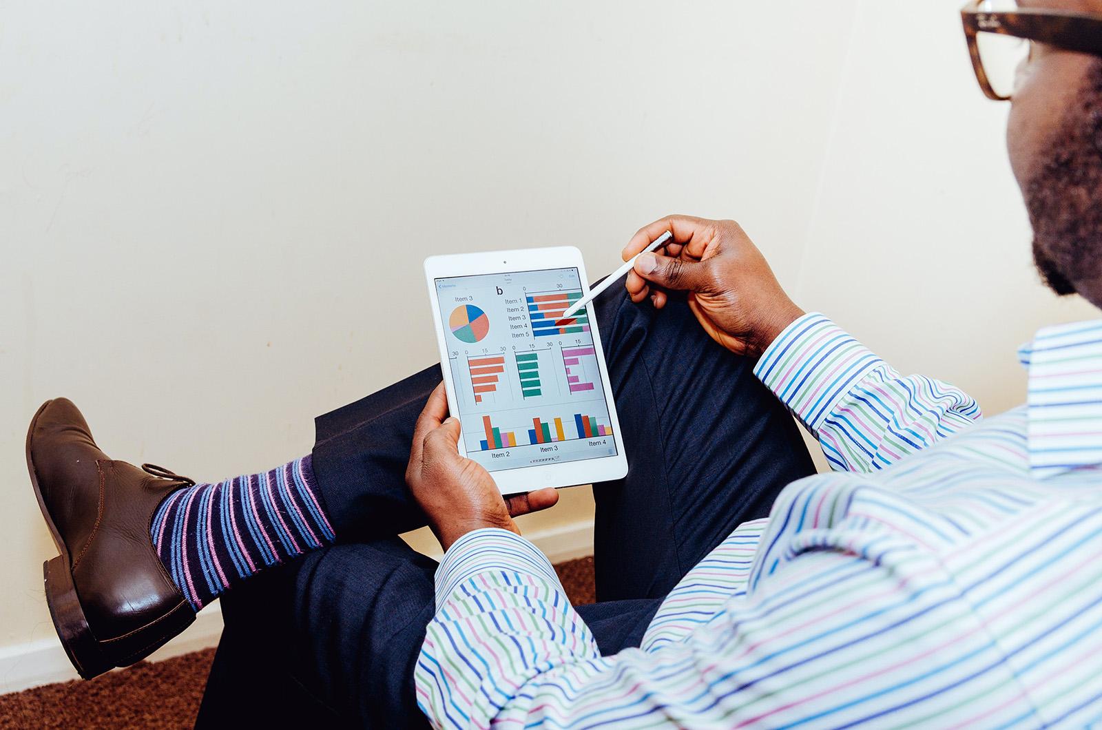 Homem analisa gráficos com resultados sobre marketing digital